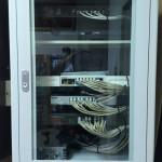 以機櫃收容整線,將現有網路設備安排配置